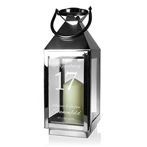 Casa Vivente Edelstahl Laterne ELEGANT Silber Metall Glas - Windlicht zur Hochzeit mit Gravur - Personalisiert mit WUNSCHNAMEN und DATUM - MOTIV HAUSNUMMER