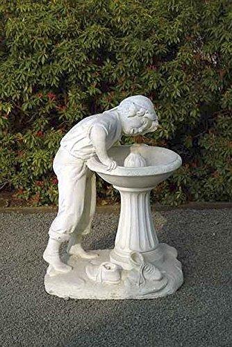 Brunnen Gartenbrunnen Zierbrunnen fountain trinkender Knabe Farbe sandstein